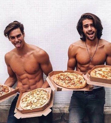 12 LEKKERE MANNEN MET EEN PIZZA